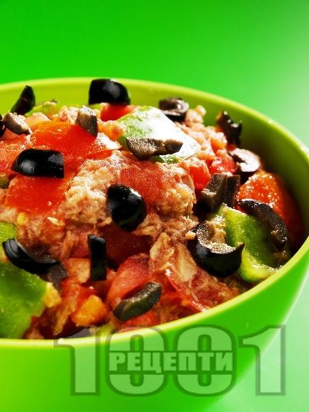 Африканска салата със зелени чушки, домати и риба тон - снимка на рецептата